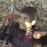 もはや死にかけている男の頭を銃で木端微塵にするカルテルメンバー