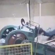 作業中に機械に巻き込まれて挟まれる男性の事故映像
