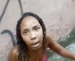 スラム街で男たちに囲まれて拷問される女性が喚き散らす