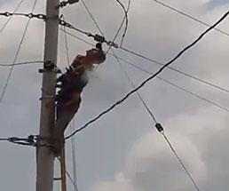 電気技師の男性が電柱で感電してしまい身体が燃え上がる…