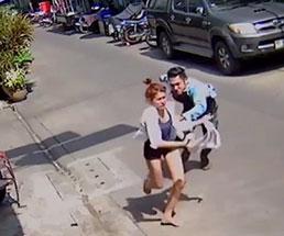 ナイフを片手に追いかけてくる彼氏から必死に逃げる彼女だが…