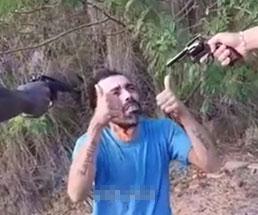リボルバーで頭を撃ち抜かれる男性の最後の姿