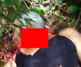 殺した丸坊主の女性の首を切断して持ち上げ投げ捨てる…