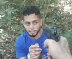 拘束された男が銃殺される…頭に何発も撃ち込んで絶対殺すマン…