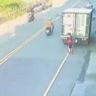 トラックの真後ろに立っていた少女が気付かれずにバックで…