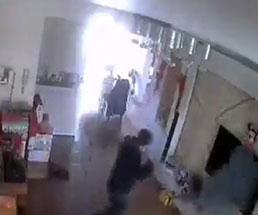 部屋の中で煙を吹き出した何かが大爆発を起こす衝撃映像!