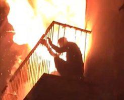 激しい勢いの火災にバルコニーから逃げられなくなり燃えていく男…