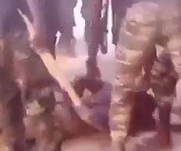 治安もクソも無い…民間人が兵士に拘束され拷問を受ける