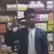 カメラの前で拳銃を持った男性が自分の頭を撃ち抜く…