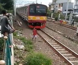 警笛鳴らされてるにもかかわらず線路を走る子供が後ろから…