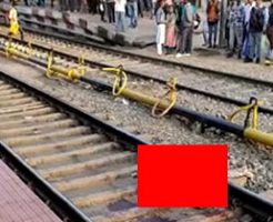電車に轢かれても線路の上でまだ生きてる男性の姿がこちら…