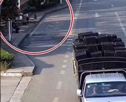 ミニバスからいきなり外れたタイヤが転がり女性を襲う事故