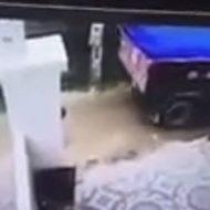 トラックが幼児をひき殺す衝撃的瞬間…さらに胸糞なことも…