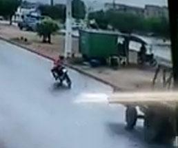 前方不注意だったバイク乗りの彼の末路は…