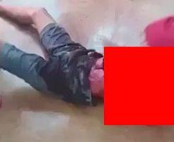両腕と首を切断された受刑者がぶん投げられて燃やされる…