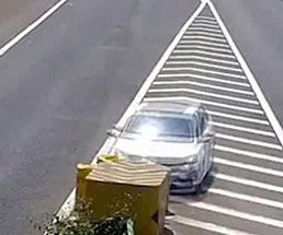 素人の女性運転手が高速を走った結果、なんでそうなるのって事故にw