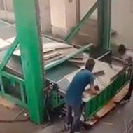 ダンボール工場の男性が作業中に事故死してしまう瞬間…