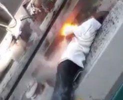 黒人の男性が感電して身体が火花を散らす姿