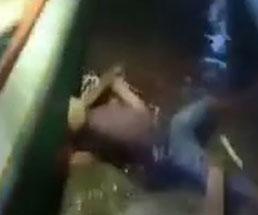 川辺でぼっこぼこにされる男性…そんな木材で叩かれることある?