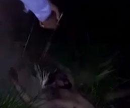 仰向けに倒れている男に向けて拳銃をぶっ放すギャング