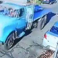 走るトラックに巻き込まれて轢かれる歩行者