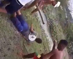 ほんといきなり木材で男たちからフルボッコにされる男性w