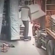 作業中の事故って怖いよね…荷物に押し倒され落下してしまう男性