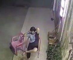 床屋の前で椅子に座り電話をしていた女性、逃げる方向を間違った模様…