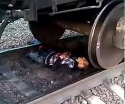 轢かれて両足を失った男性が電車の下で苦しんでる…