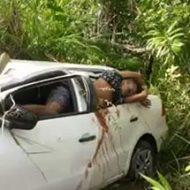 潰れた車の中で息絶えている男に銃で追い打ち…