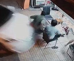 酔っぱらった女性運転手が猛スピードで男たちに突っ込む…