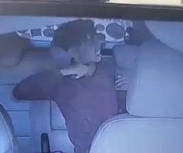 頭のおかしい男が車の中で首を切り始めて周りから止められる…