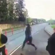 バスを降りて道路を渡ろうとした女の子二人が吹っ飛ぶ…