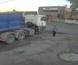 トラックの運転手、死角から歩いてきた男性を轢き殺してしまう…