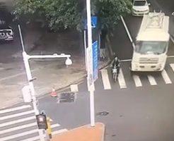右折してきたトラックに巻き込まれた女性の末路は…