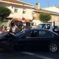 交通事故を起こしたビキニ姿の女性が警官に雑に扱われる様子が笑えるw