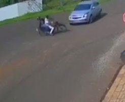 二人乗りしていたバイクが車に吹っ飛ばされたら…シンクロしてる…