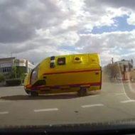 救急車が車と接触して目の前に吹っ飛んでくる衝撃映像