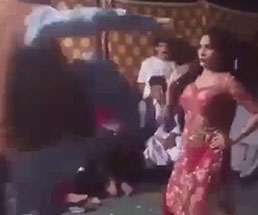 これは理不尽www踊り子がいきなり男から胸に前蹴りを叩き込まれるw