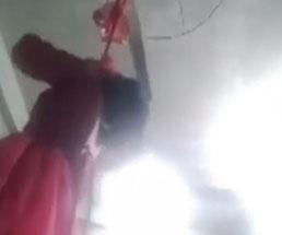 赤いドレスを着た女性がFacebook Liveで自殺配信