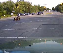 目の前を左折していったバイクが一瞬で…