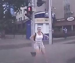 信号待ちしていた女の子が曲がって来た車に驚き吹っ飛ばされる…