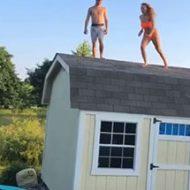 屋根からトランポリンに飛び降りてプールに飛び込もうとした水着ギャルがw