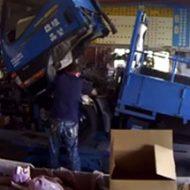 トラックの整備をしている男性…この後どうなるか分かるやつやん…