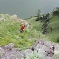 酔っぱらった女性が写真を撮ってもらうために崖を下った結果