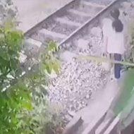 開始1秒の衝撃映像…電車に吹っ飛ばされる女性は生きていない