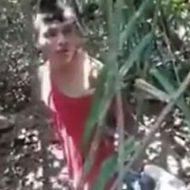 穴の前で跪く男性が銃殺処刑されてそのまま…