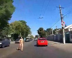 全裸の女性が当たり屋として車に突っ込んでくるw