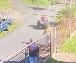 奥から猛スピードでバギーが突っ込んできて男性を襲う!