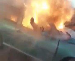 炎上する車から火だるまになっている女性を救い出す
